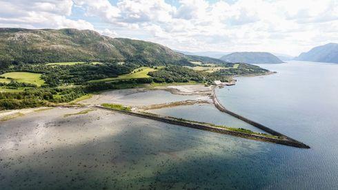 Her ved Holandsvika ved Mosjøen har Gen2 Energy startet planarbeidet for et produksjonsanlegg  på 80 MW med kontainerlogistikk og kai.