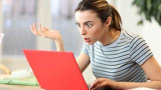 Frustrert kvinne foran PC.