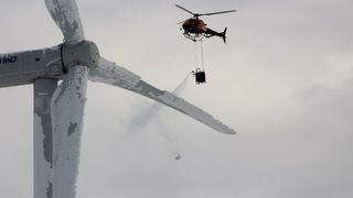 Dette helikopteret fjerner is fra vindturbinen med varmt vann