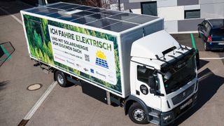 Med solceller på taket har denne lastebilen fått ekstra rekkevide