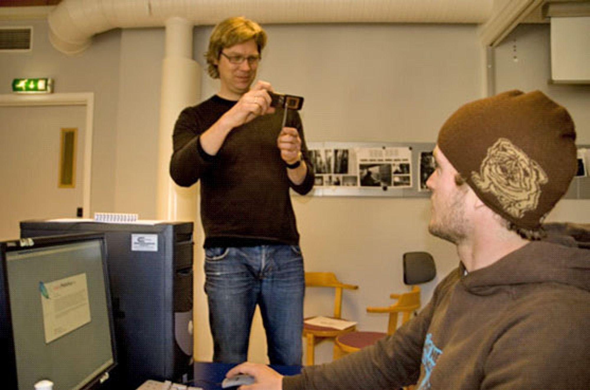 Jon Petter Evensen tyr til mobilkameraet for å forevige student Christian Nørstebø