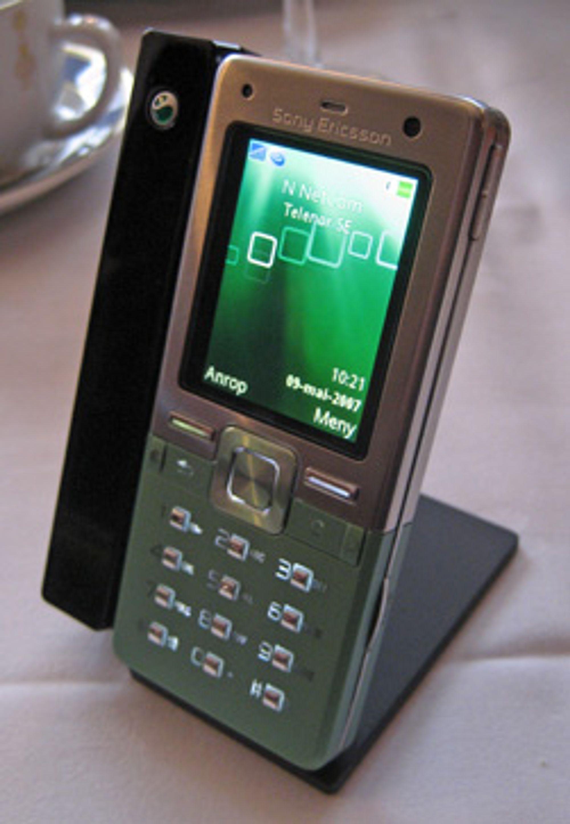Med i pakken følger et bordstativ som du kan lade telefonen i.