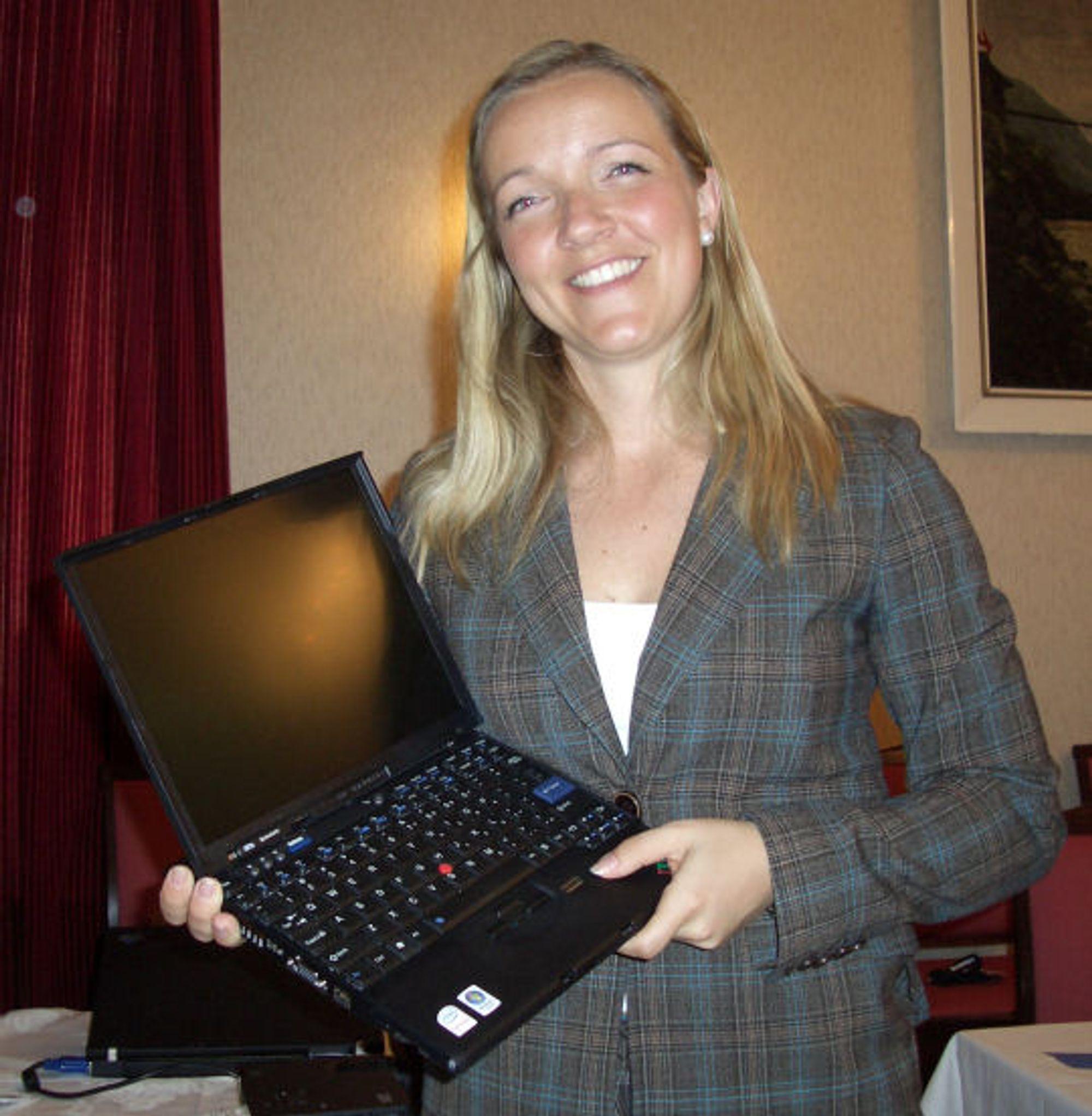 En fornøyd Linda Fjøre, Brand Manager for Lenovo viser frem Thinkpad X61