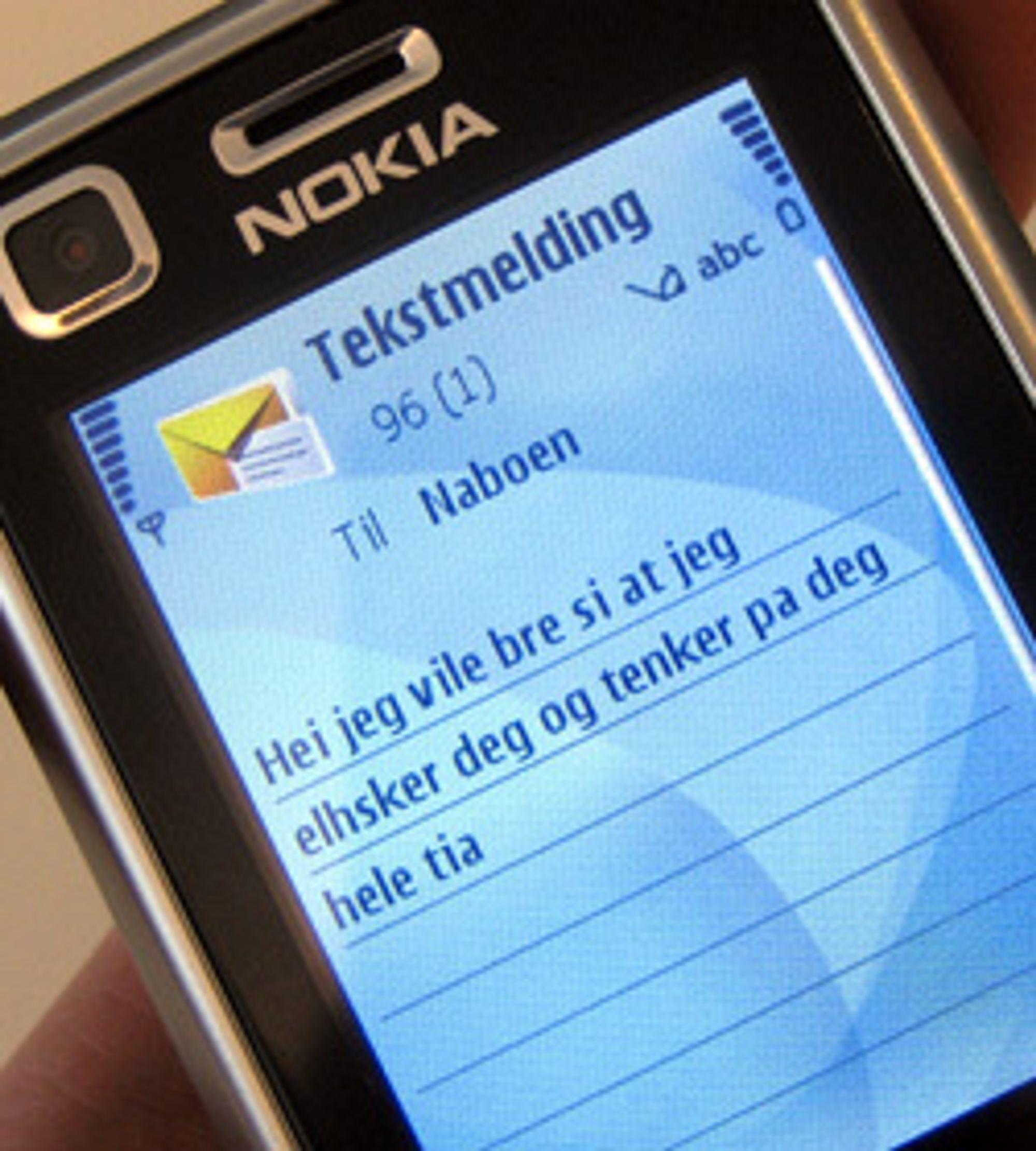 Å sende SMS i fylla er ingen god idé. (Foto: Silje Gomnæs)