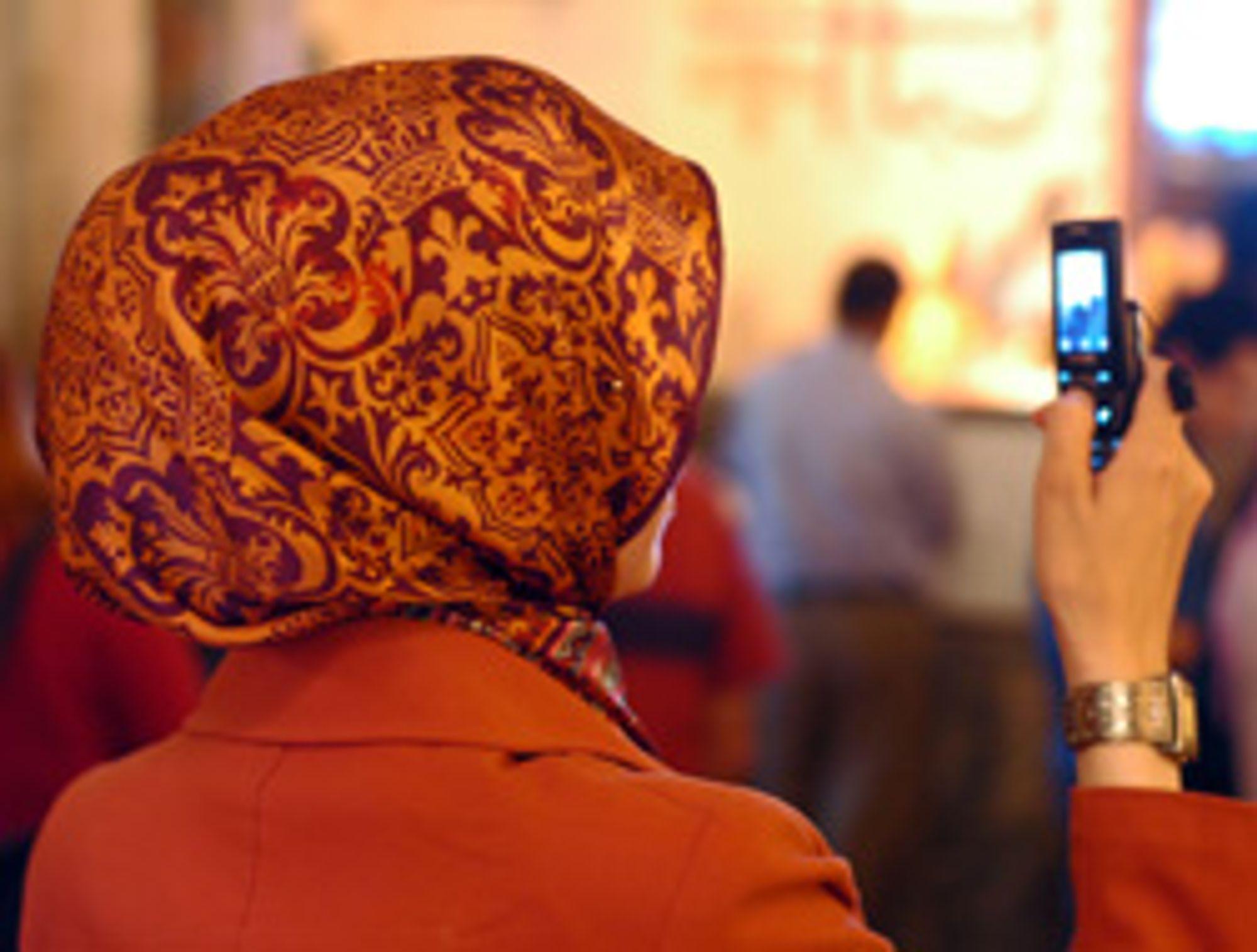 Det kan bli dyrt å sende intime bilder via mobilen i Iran. (Foto: Istockphoto / Matan Narkiss)