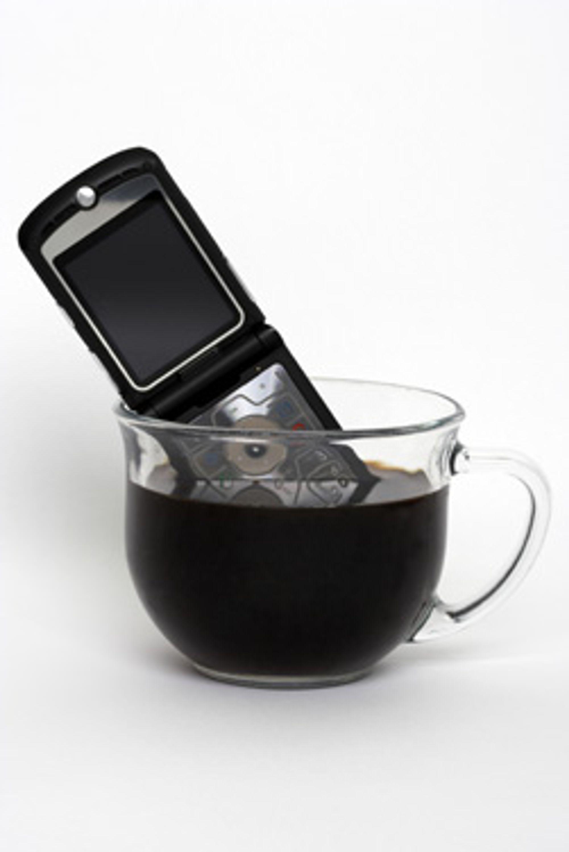 Mobiler liker definitivt ikke flytene væske. Men du kan redde mobilen om du akter korrekt.