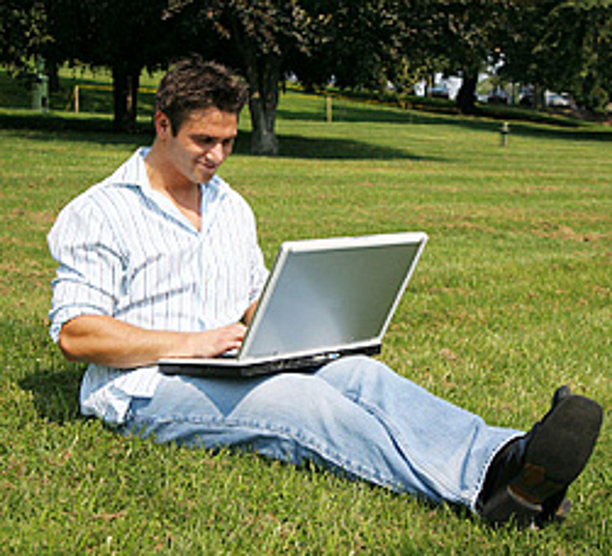 Å surde med PC-en kan være praktisk - men også svindyrt. (Foto: Istockphoto / Nicholas Monu)
