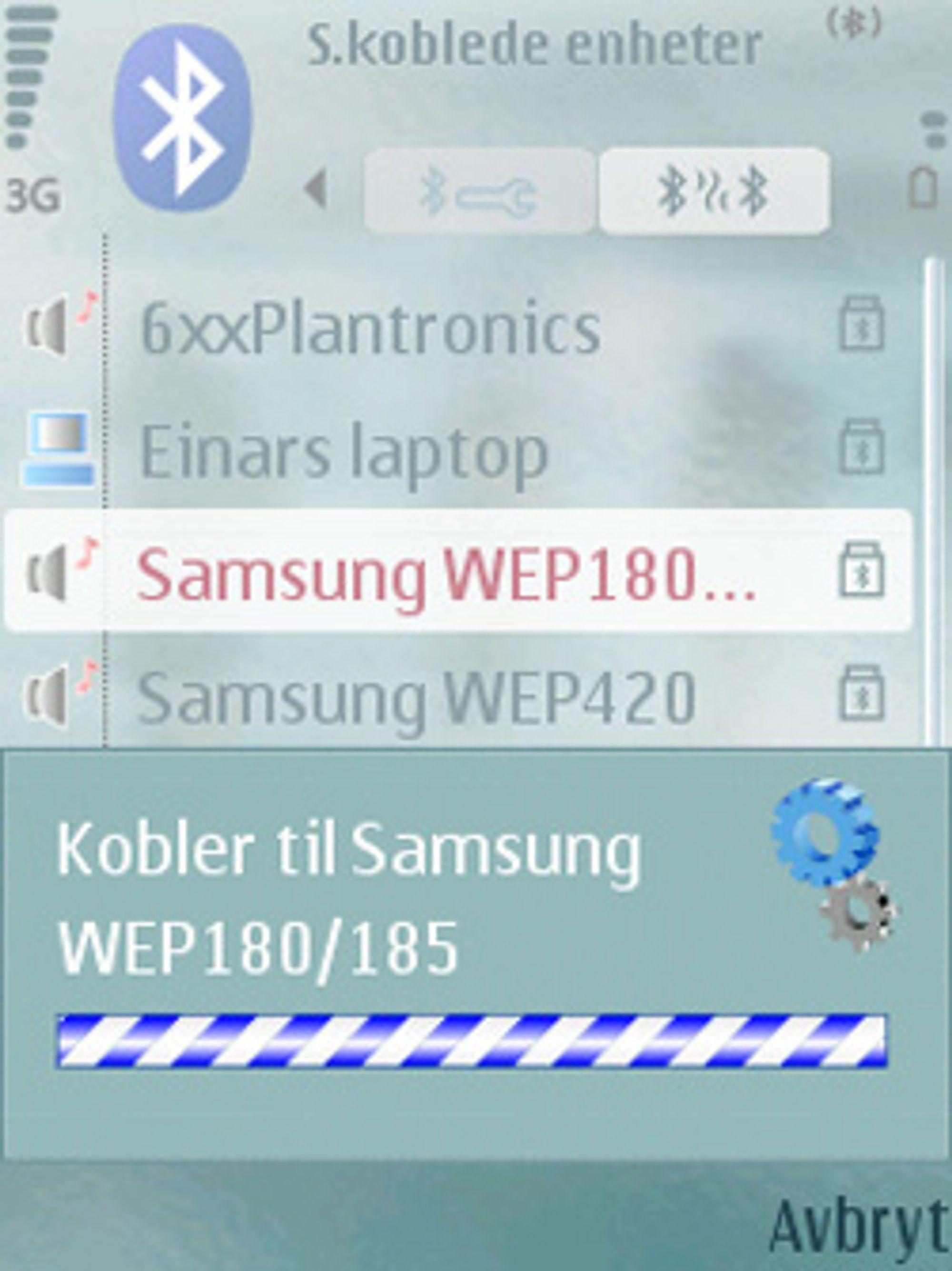 Telefonen kobler seg til et hodesett fra Samsung. (Foto: Einar Eriksen)