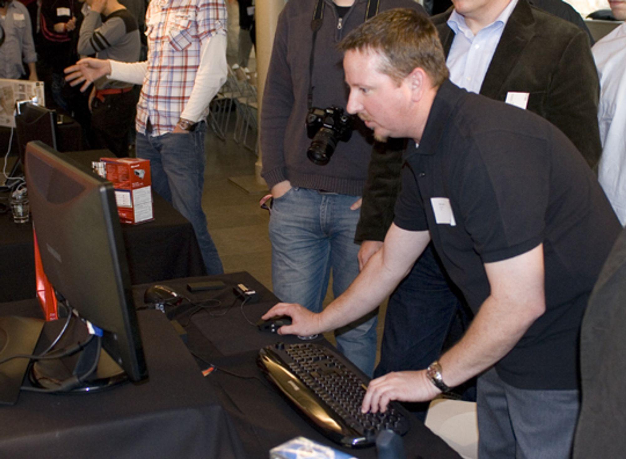 <em>Bill Jukes viser frem SideWinder Mouse</em>