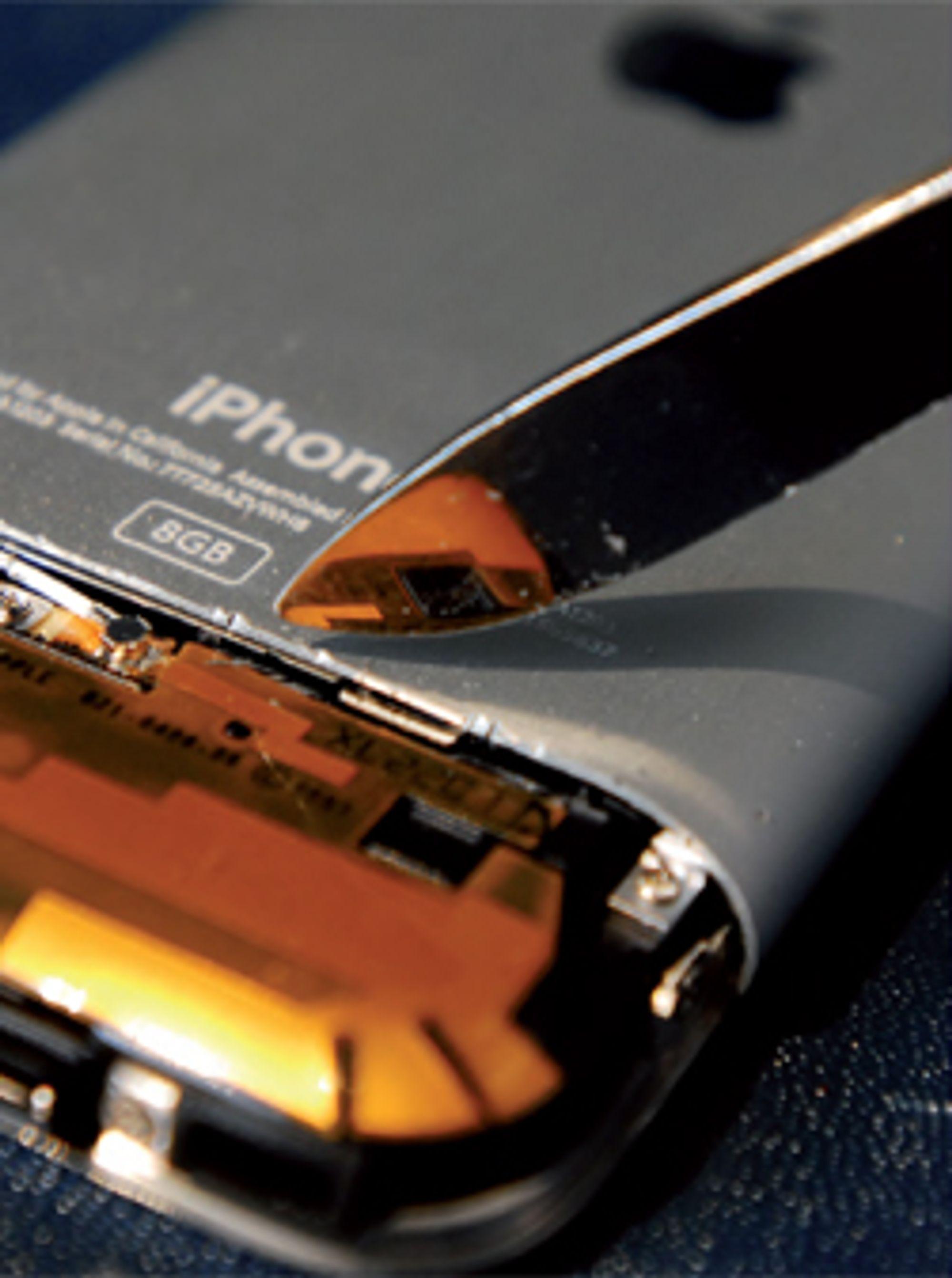 Både innsiden og utsiden av telefonen inneholder miljøgifter, hevder Greenpeace. (Foto: Greenpeace)