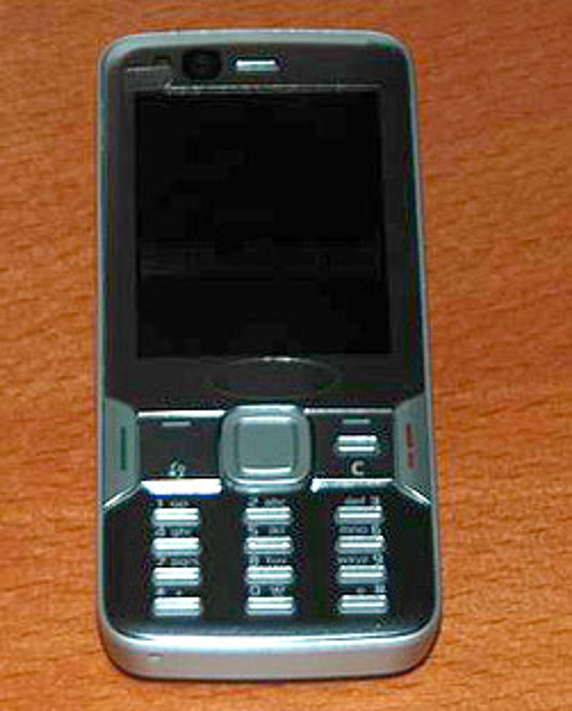 Telefonen er i klassisk utforming, og har lignende tastesett som Nokia N81.