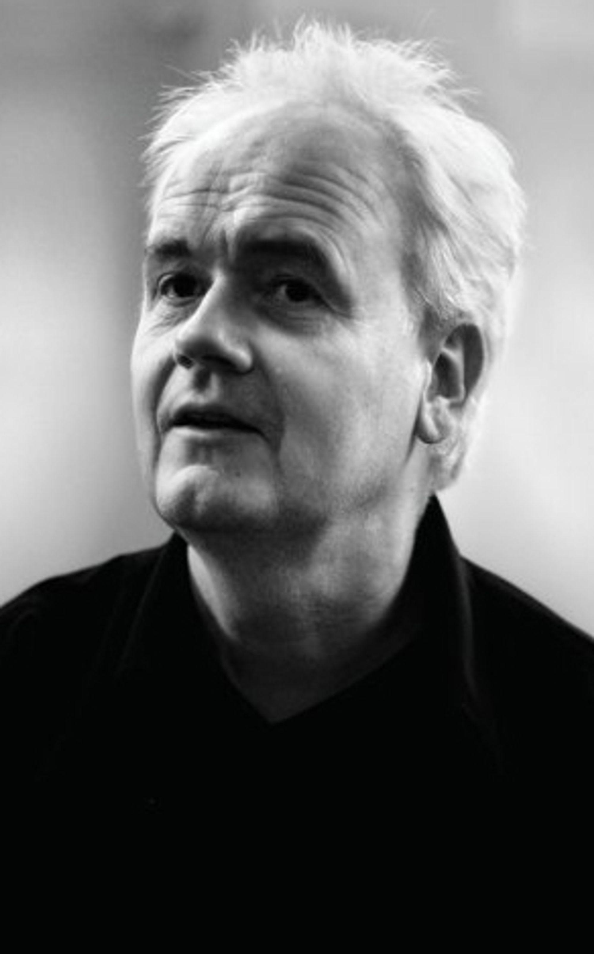 Lavmælt, varmt og elegant trakterer Kjetil Bjørnstad pianoet.