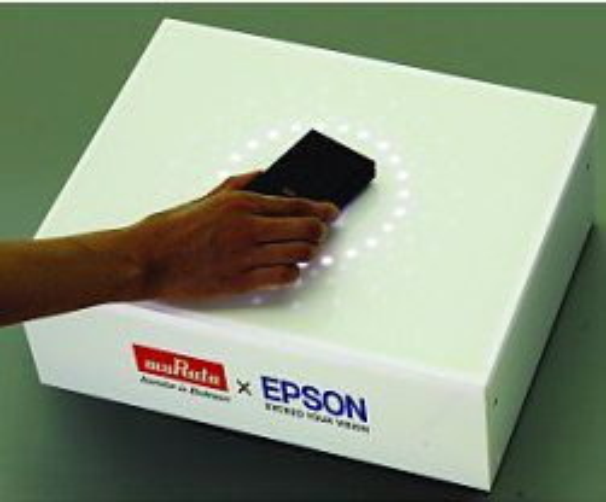 Induksjonsladingsboksen lar deg legge en mobil på toppen som lades uten ledninger på under 15 minutter.