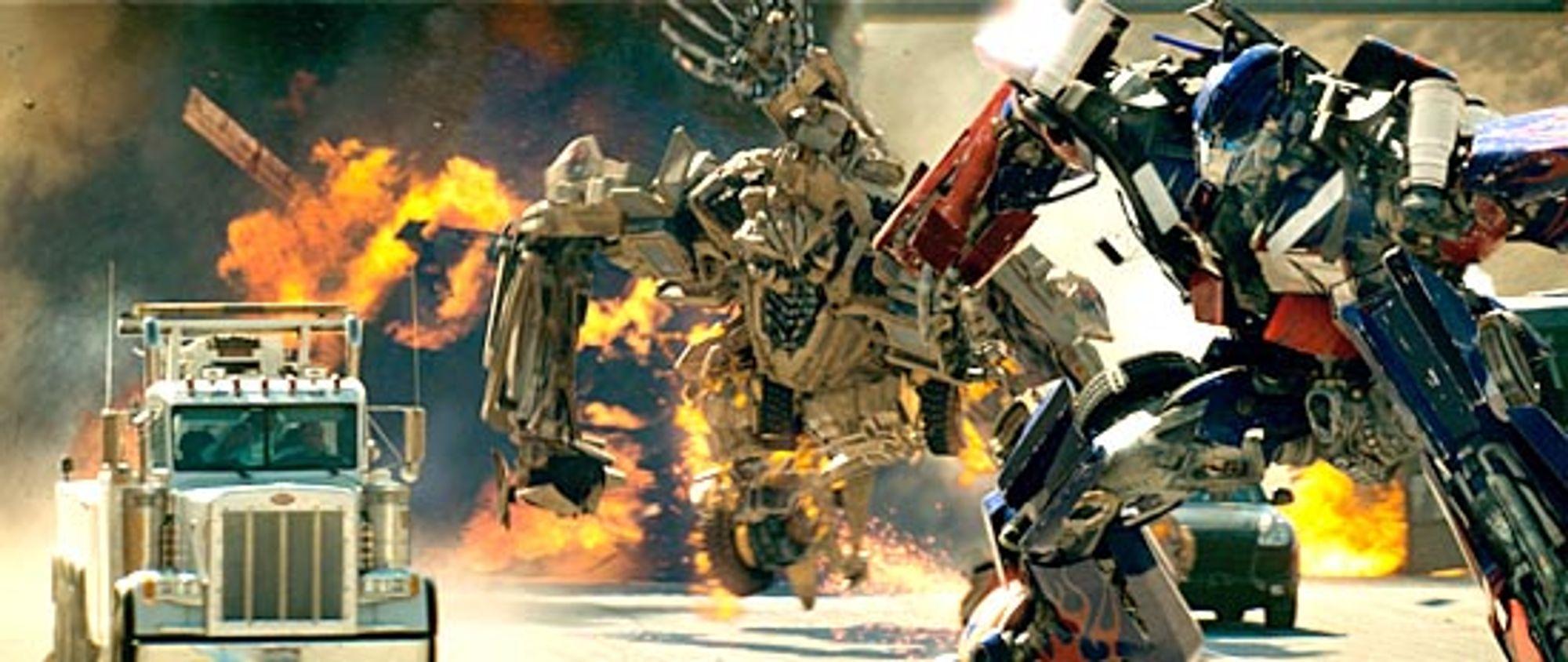 Optimus Prime deler ut deng på motorveien.