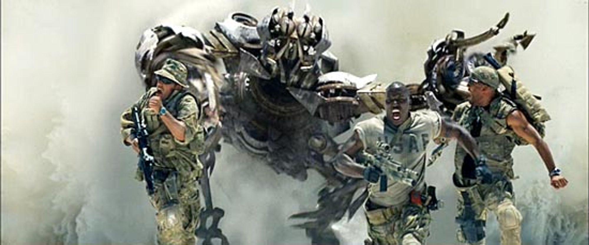 Også amerikanske soldater driter nesten på seg når en Decepticon spruter ut av ørkensanden.