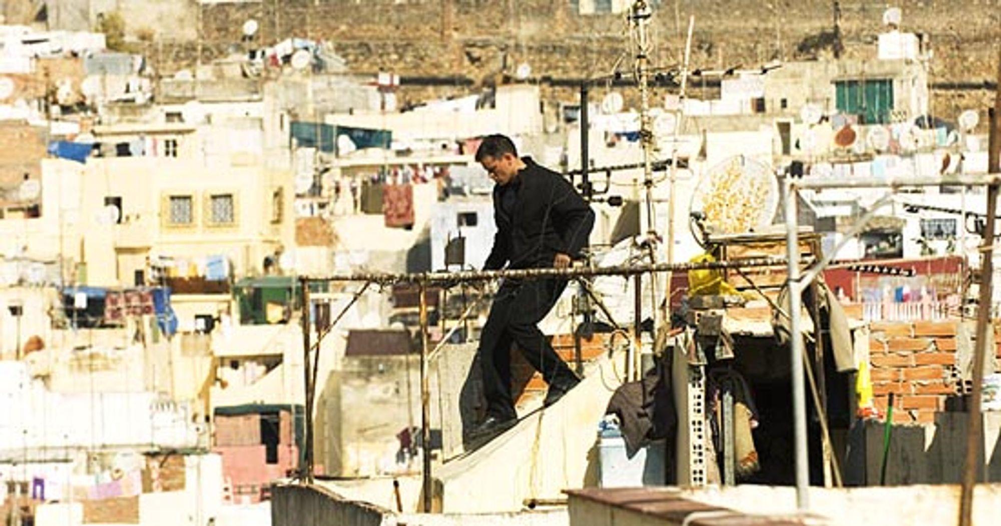 Tett, hard og troverdig action preger filmene om Jason Bourne. Flukt over hustak i syden er bare ett eksempel på futt i hverdagen.