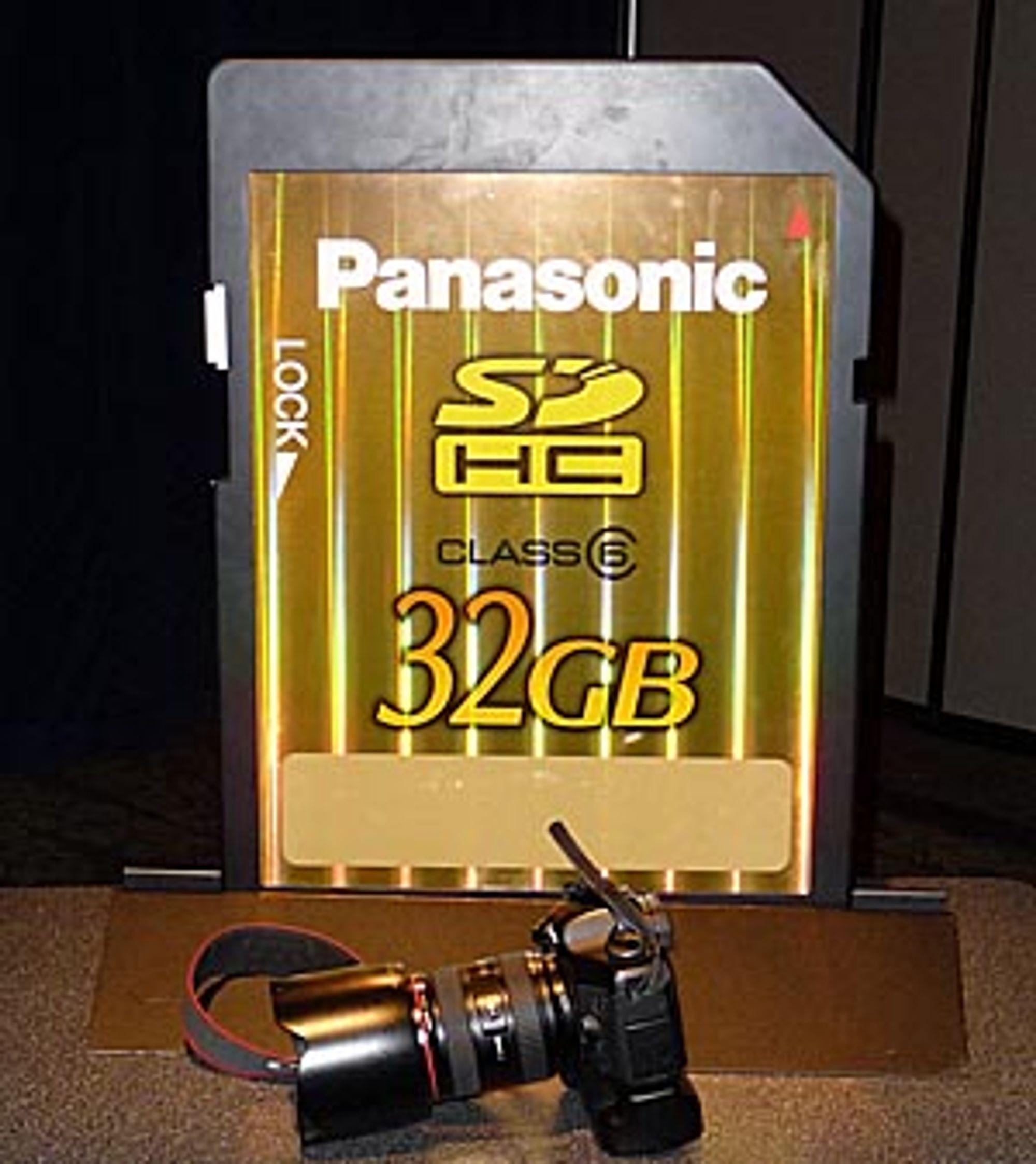 Panasonics nye STORE SD-kort.<br>En EOS 5D med vertikalgrep og 24-70mm f2.8 ligger foran for å angi størrelsen.