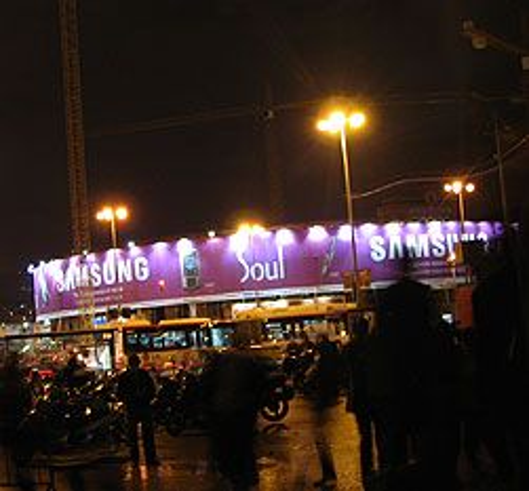 Det var Samsung som dominerte reklameplassene i byen. Motorola solgte ifølge kilder sine plasser til Samsung.