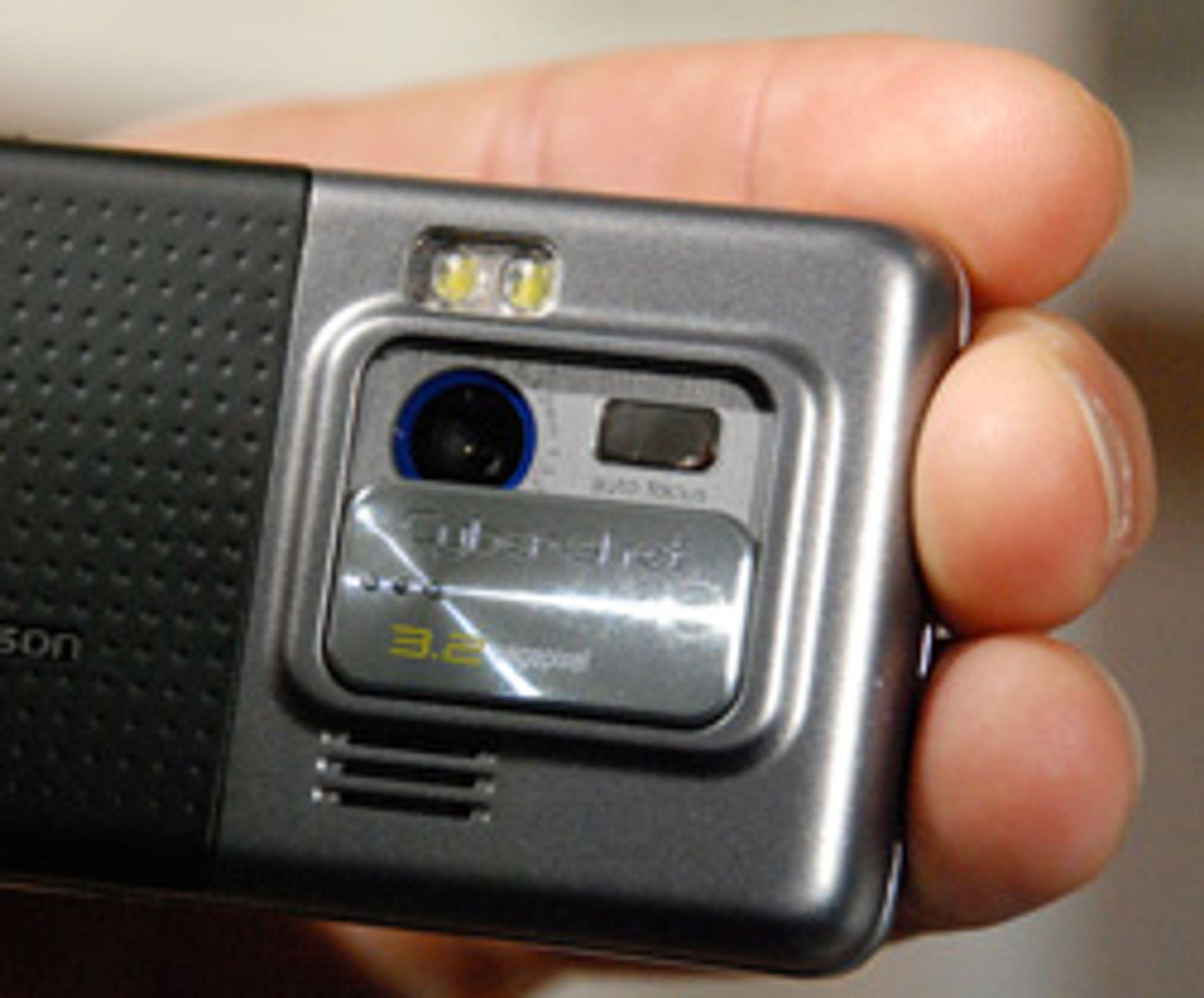 Kameraet til C702i har blits.