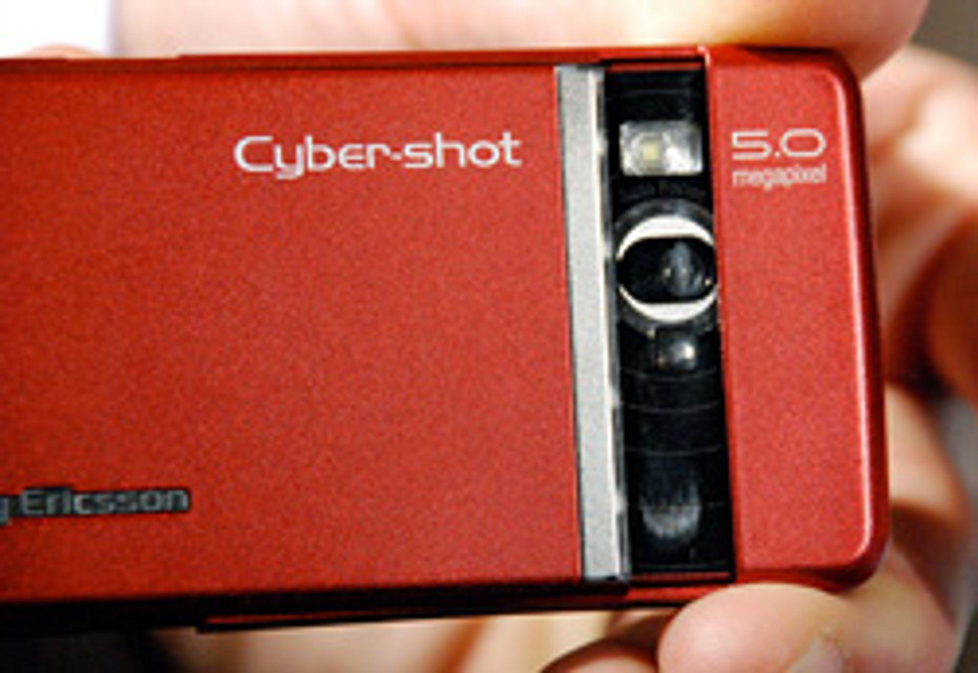 Kameraet aktiveres ved å trekke ut øverste del av telefonen.