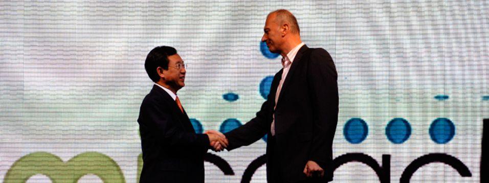 Samsungs I. S. Kim og en av underdirektørene i Adidas innleder samarbeidet.