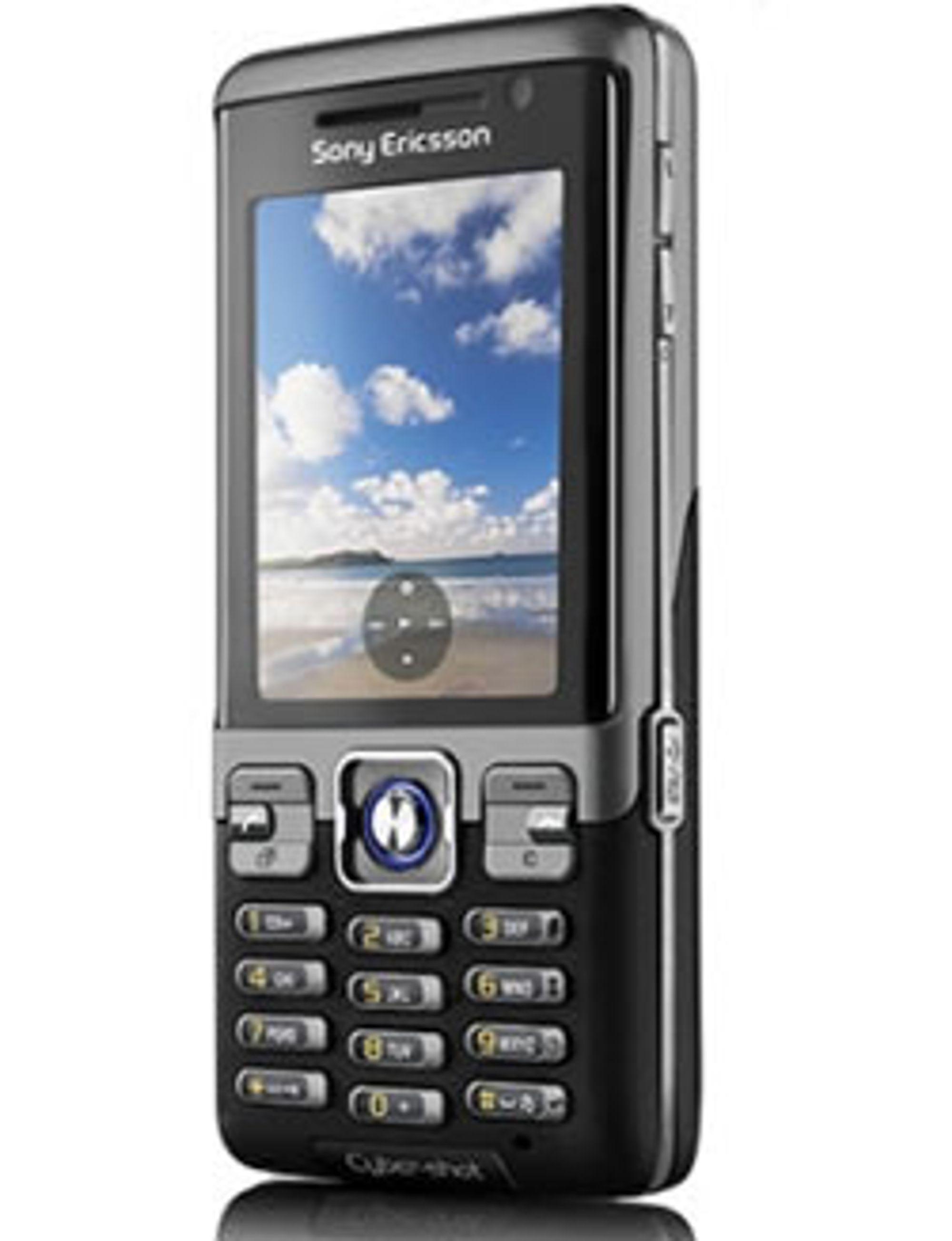 C702i er en røff telefon med Cybershot-kamera.