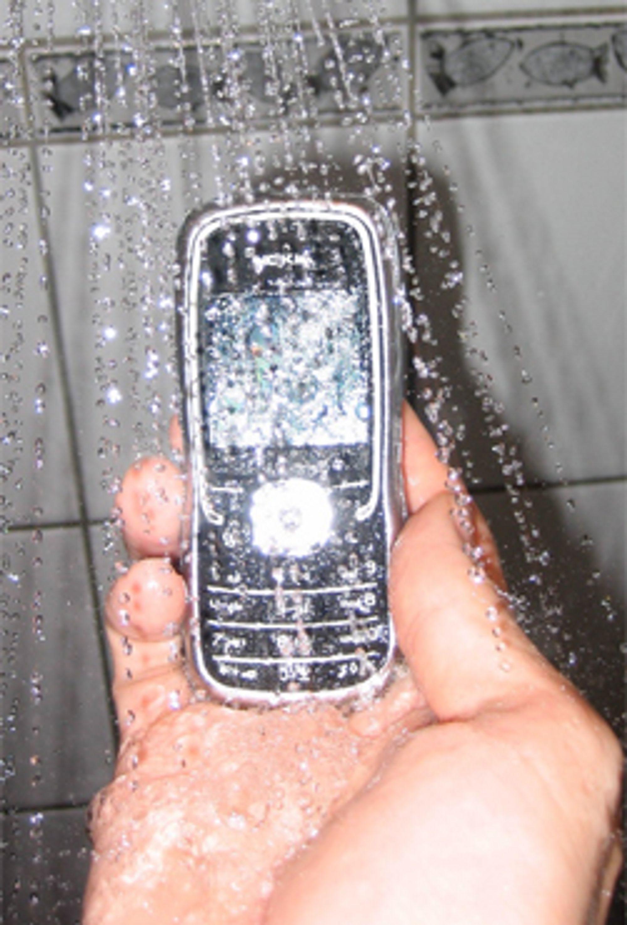 Nokia 5500 tåler en vannsprut. (Foto: Magnus Antonsen)