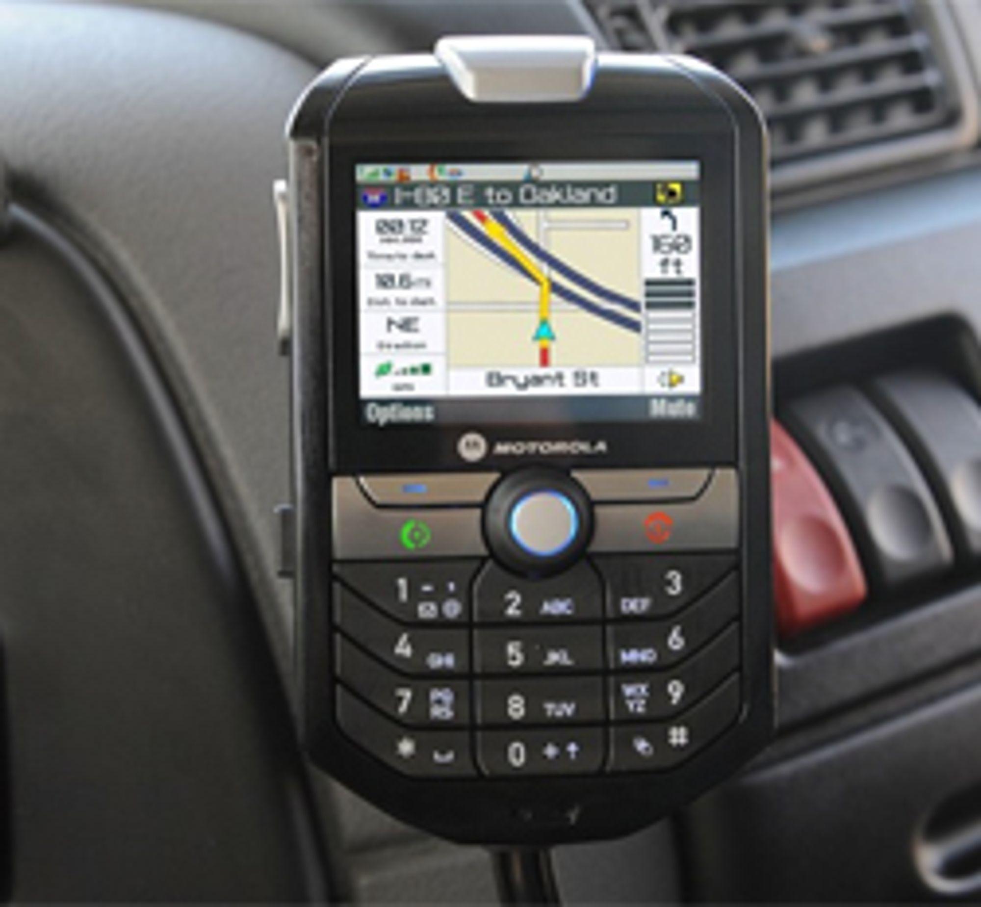 M990 er noe så sjeldent som en biltelefon. Klikk for større bilde.