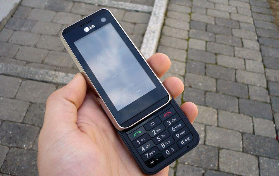 KF700 er en trykkskjermsmobil som i tillegg har vanlige mobiltaster.