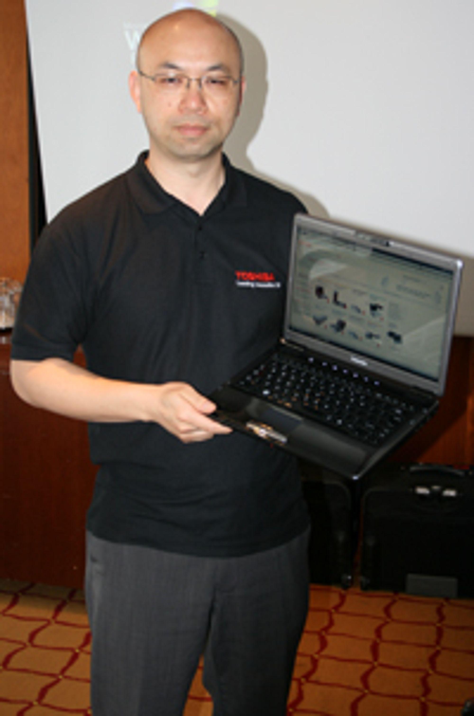 Ken Chan viser frem en Toshiba Satellite U400