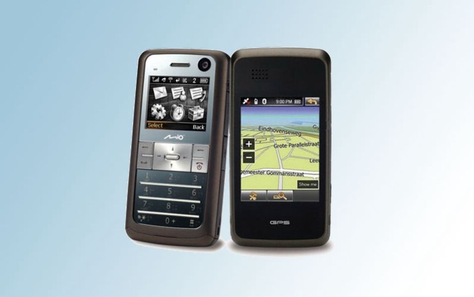 Telefonen har to skjermer - en til telefonbruk og en til GPS.