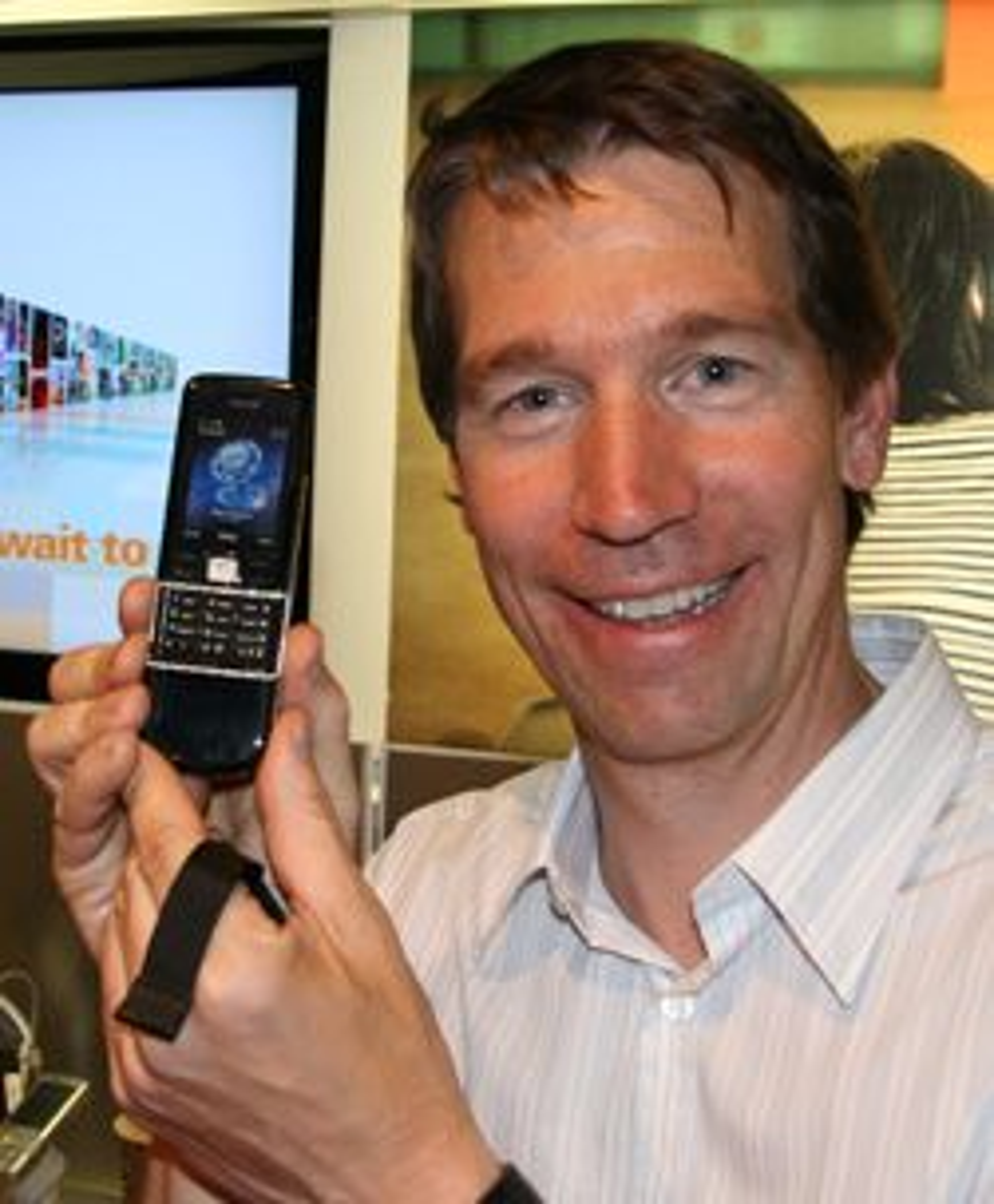 Thomas Heyerdahl viser stolt frem sin utsmykte mobiltelefon.
