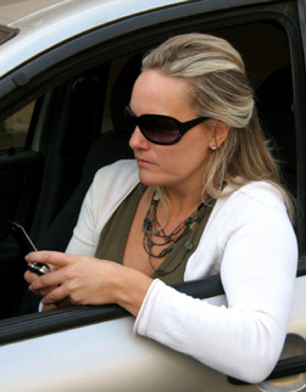 Bilkø eller ikke, LG får ikke lov til å bruke reklamen sin der mobilen ble brukt bak rattet. (Illustrasjonsbilde: Istockphoto / Luis Pedrosa)