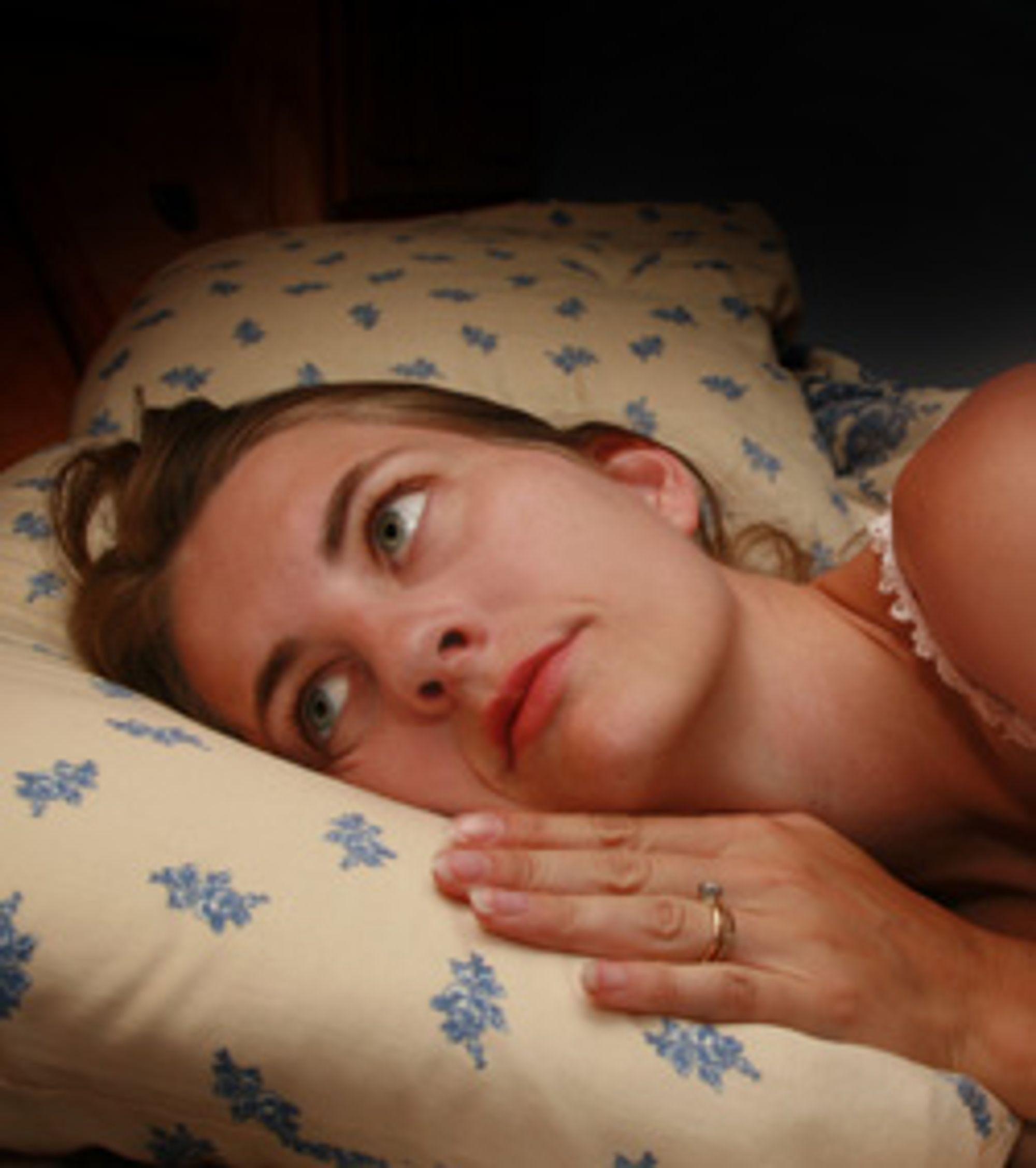 Yngre mennesker blir søvnløs av mobilbruk, ifølge en undersøkelse. (Foto: Istockphoto / Sharon Dominick)