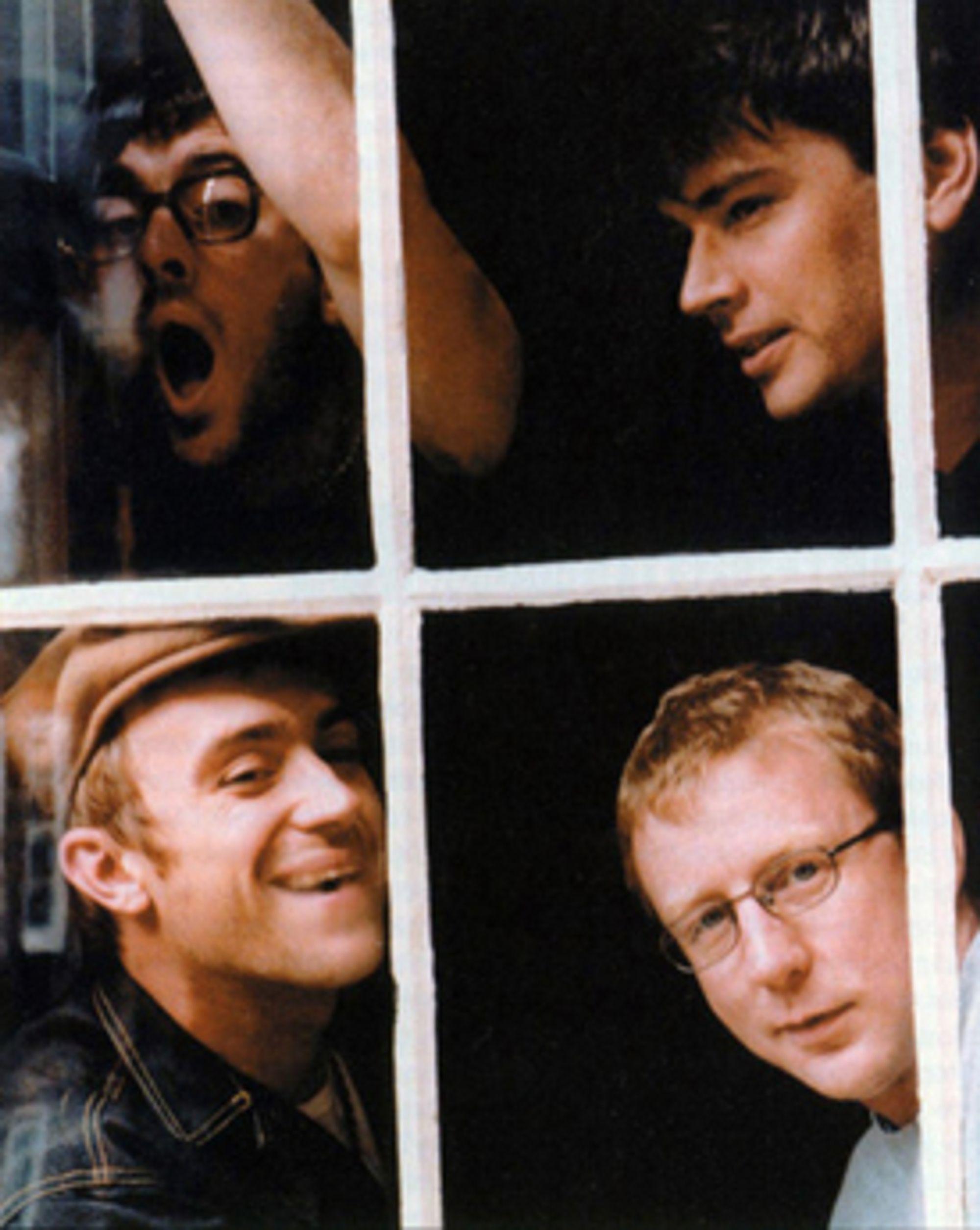 Et av de aller siste pressebildene tatt før Coxon forsvant ut av gruppen. Øverst fra venstre: Graham Coxon, Alex James, Damon Albarn og Dave Rowntree.