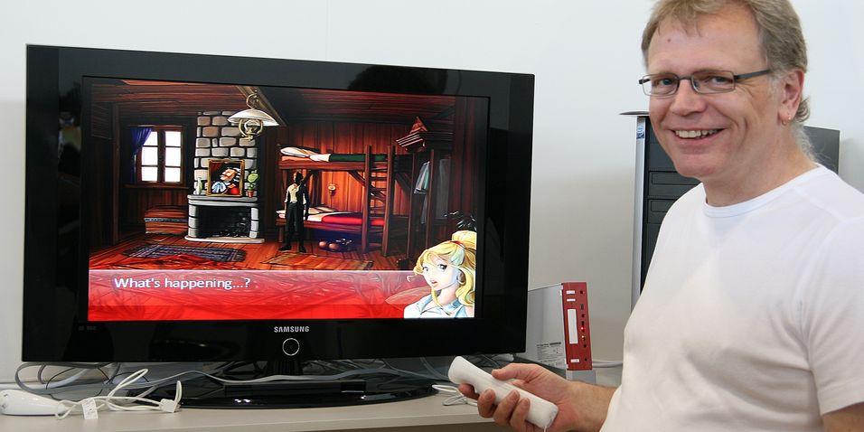 Steve Ince viser frem pek-og-klikk-eventyrspillet So Blonde på Wii.