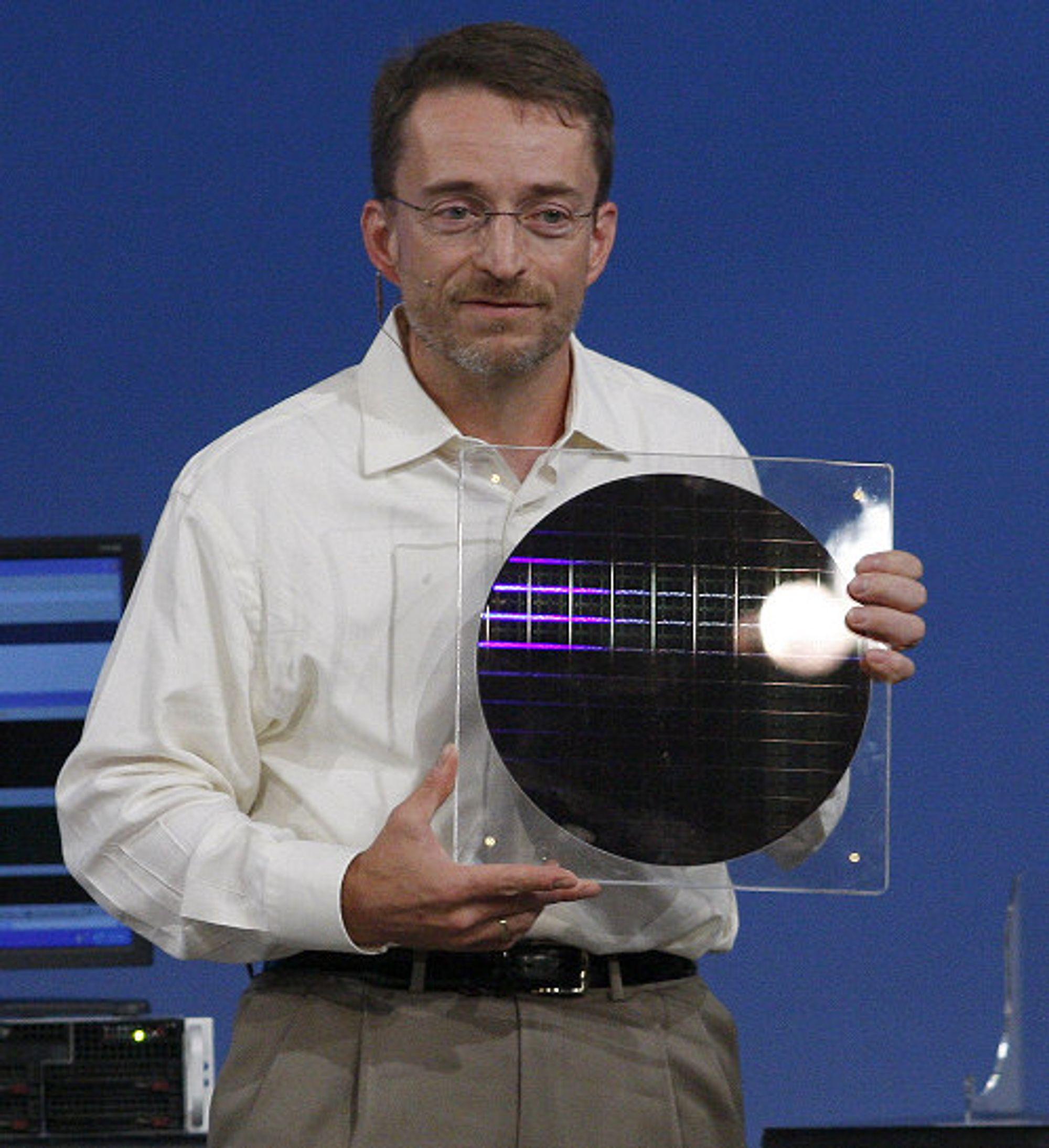Intels Pat Gelsinger viste frem Nehalem-wafer tidligere i år