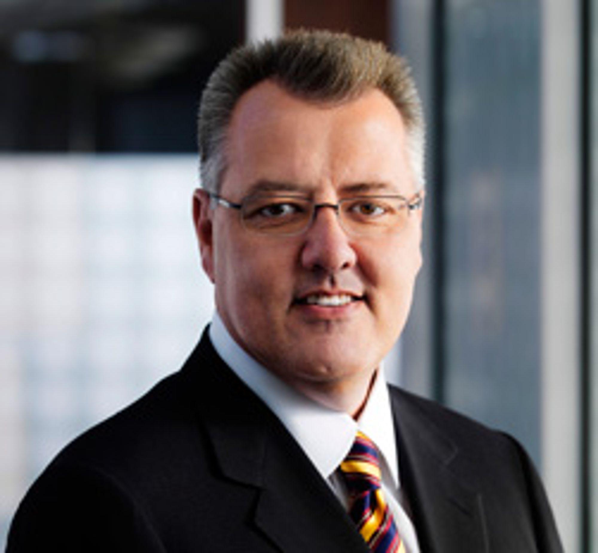 Greg Brown, ansvarlig direktør i Motorolas mobildivisjon, tilbys stor bonus i form av aksjer om han går med på å selge mobilvirksomheten..