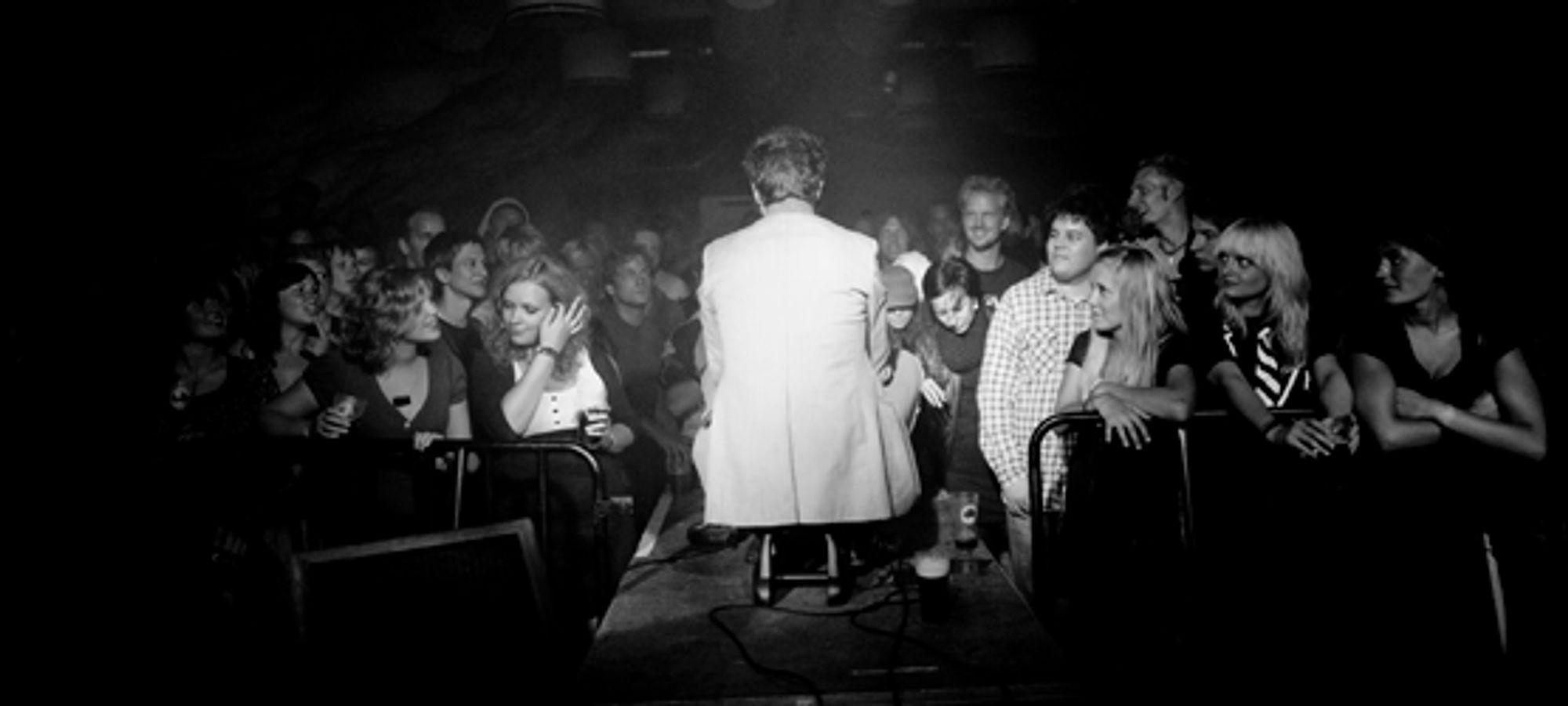 Vokalist Jon Ivar Kollbotn kneler ned blant publikum. FOTO: Helge Brekke