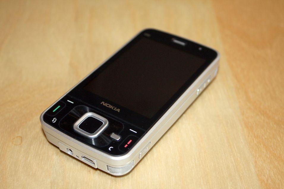 Nokia N96 er en stor telefon med mange muligheter.