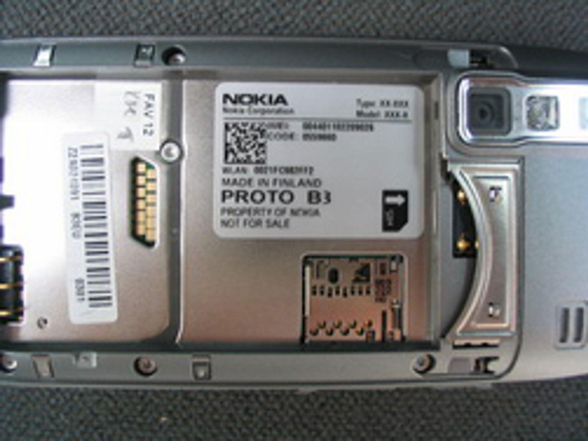 På baksiden kan vi se et kamera og minnekortplass.