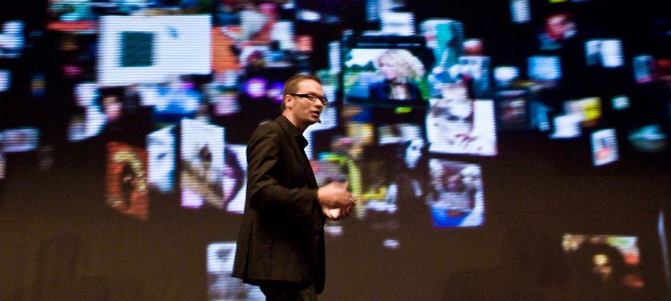 Tero Ojanperä forklarer konseptet for verdenspressen.