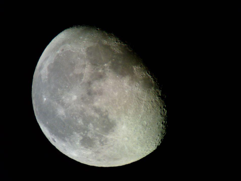 Månen avbildet med Sony Ericsson P1i i høyest oppløsning. Merk terminatoren, som ikke bør forveksles med Arnold Schwartzenegger.    Se også bildet i full oppløsning.