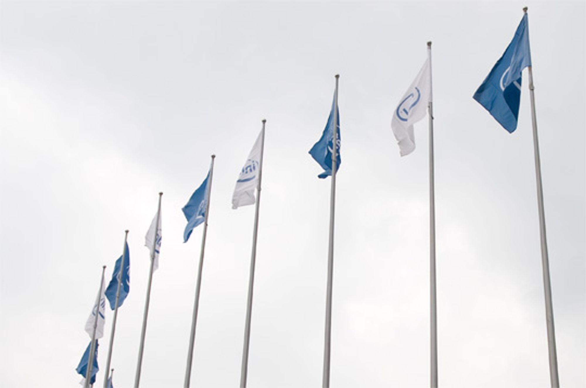 Intels flagg vaier friskt i vinden
