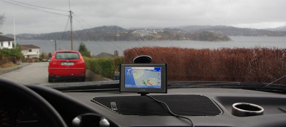 Denne GPS-en er billig, har en stor skjerm og gir det veimeldinger rett på skjermen.