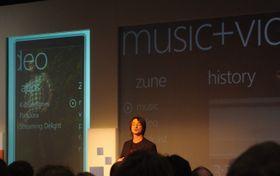 Joe Belfiore er sjefen for Windows Phone-programmet. Her under lanseringen av Windows Phone 7.