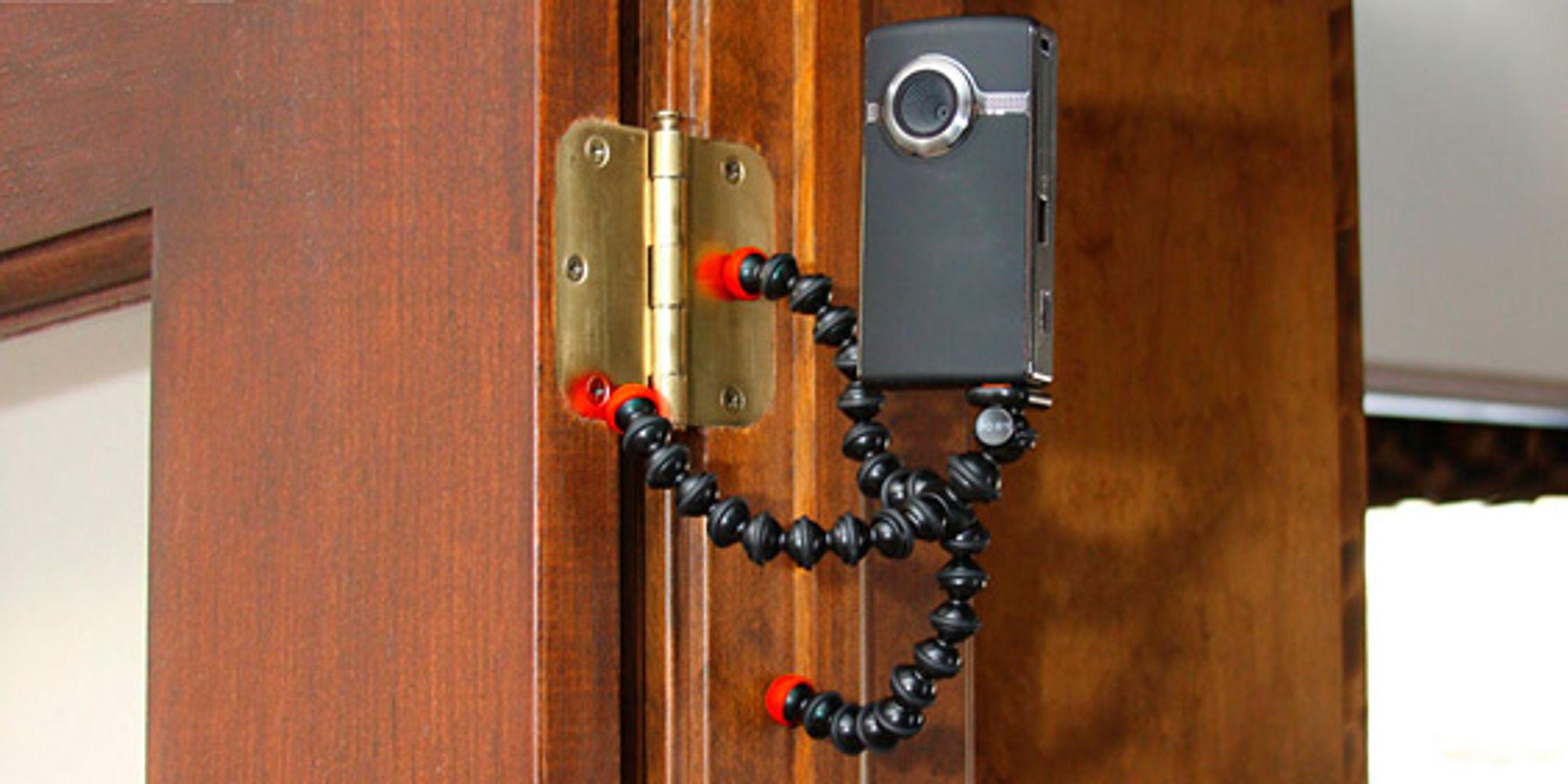 Kreativ bruk av dørhengsler med Gorillapod Magnetic. (Foto: Joby)