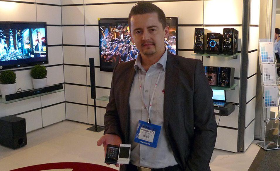 Produktkonsulent Rizah Konjic fra LG med GT540 (Foto: Finn Jarle Kvalheim, Amobil.no)