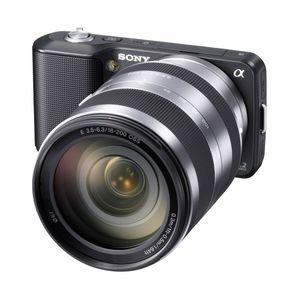 Sony NEX-3. Lite kamerahus, stort objektiv.
