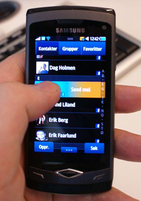Samsungs første egendesignede systembrikke dukket opp i Wave. Dette var også den første modellen med operativsystemet Bada. Bada har siden blitt skrinlagt til fordel for et nytt operativsystem under navnet Tizen.